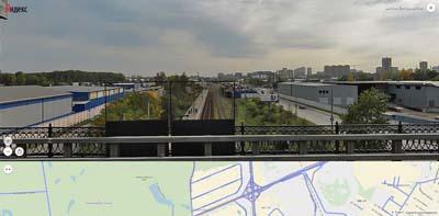 Вид с путепровода на железную дорогу и платформу Строитель