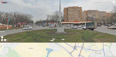 Пересечение Комарова и Центральной улиц. Памятник космонавтам, магазин Дикси, левее- детский городок.